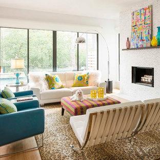 Modern inredning av ett mellanstort allrum med öppen planlösning, med vita väggar, ljust trägolv, en standard öppen spis och en spiselkrans i trä