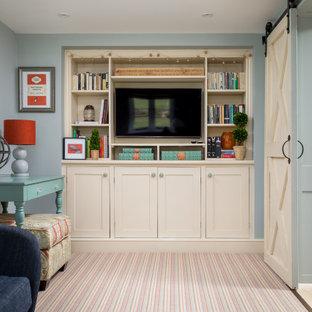 グロスタシャーの中サイズのラスティックスタイルのおしゃれな独立型リビング (フォーマル、青い壁、カーペット敷き、壁掛け型テレビ、マルチカラーの床) の写真