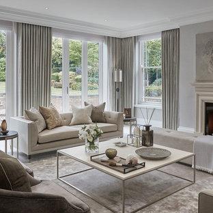Modelo de salón para visitas abierto, tradicional renovado, grande, con paredes grises, suelo de baldosas de porcelana, chimenea tradicional, marco de chimenea de piedra y suelo blanco