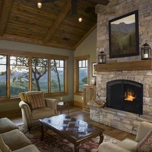 Inspiration för ett vintage vardagsrum, med gröna väggar, en standard öppen spis, en spiselkrans i sten och en väggmonterad TV