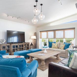 マイアミの中サイズのビーチスタイルのおしゃれなLDK (フォーマル、据え置き型テレビ、白い壁、カーペット敷き、暖炉なし、白い床) の写真