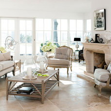 Traditional Living Room by HUISSTYLING