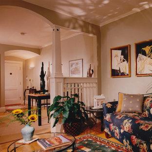 ボストンの小さいトラディショナルスタイルのおしゃれな独立型リビング (緑の壁、淡色無垢フローリング、標準型暖炉、石材の暖炉まわり) の写真