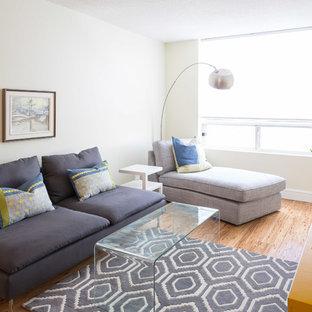 Idee per un piccolo soggiorno contemporaneo aperto con pareti bianche, pavimento in bambù, nessun camino e TV autoportante