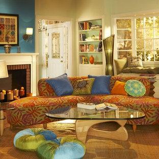 Modelo de salón actual, grande, con paredes azules, marco de chimenea de ladrillo y chimenea tradicional