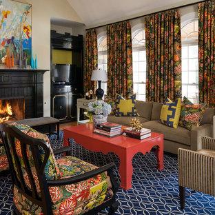 リトルロックの大きいトランジショナルスタイルのおしゃれなリビング (ベージュの壁、レンガの暖炉まわり、埋込式メディアウォール、無垢フローリング、標準型暖炉) の写真