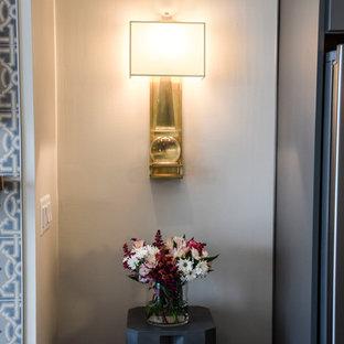 Esempio di un soggiorno tradizionale di medie dimensioni e aperto con pareti grigie, parquet scuro, camino sospeso, cornice del camino piastrellata, TV a parete e pavimento marrone