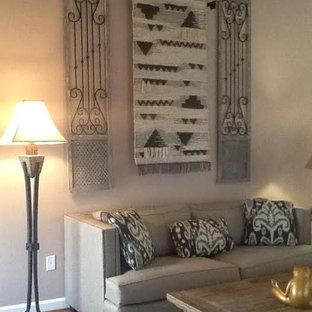 Immagine di un soggiorno american style di medie dimensioni e chiuso con sala formale, pareti nere, pavimento in legno massello medio, nessun camino e nessuna TV