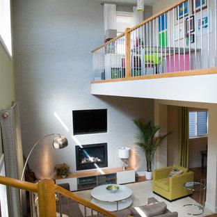 Ispirazione per un soggiorno contemporaneo di medie dimensioni e aperto con pareti gialle, pavimento in bambù, camino sospeso, cornice del camino in intonaco e parete attrezzata