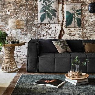 Idéer för ett mellanstort industriellt vardagsrum, med flerfärgade väggar, mellanmörkt trägolv och brunt golv