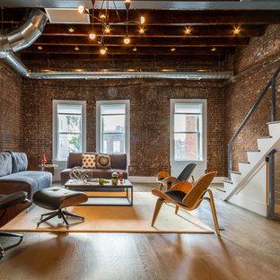 Modelo de salón para visitas cerrado, urbano, de tamaño medio, sin televisor y chimenea, con paredes marrones, suelo de madera clara y suelo marrón