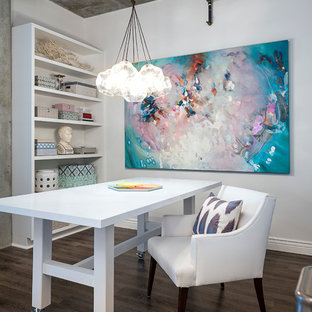 Imagen de salón para visitas tipo loft, industrial, pequeño, sin chimenea, con suelo vinílico, televisor colgado en la pared y paredes grises
