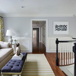 Imagen de salón para visitas tipo loft, tradicional, sin chimenea y televisor, con paredes azules y suelo de madera oscura