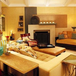 Idee per un piccolo soggiorno chic stile loft con pareti beige, camino classico e parquet scuro