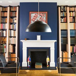 Immagine di un soggiorno minimal di medie dimensioni e chiuso con pareti blu, pavimento in sughero e camino classico