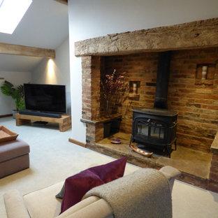 Imagen de salón para visitas abierto, contemporáneo, grande, con paredes púrpuras, moqueta, estufa de leña, marco de chimenea de ladrillo, televisor en una esquina y suelo gris