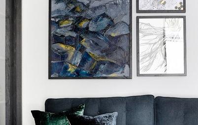 Sådan får du sofapuder og vægkunst til at harmonere