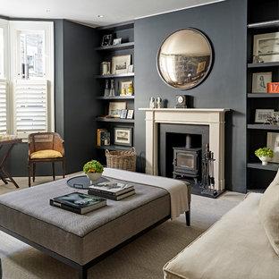 Ispirazione per un soggiorno tradizionale con sala formale, parquet chiaro, stufa a legna e pavimento beige