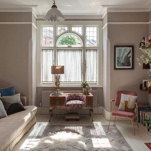 Esempio di un soggiorno bohémian di medie dimensioni e chiuso con pareti marroni, pavimento in legno verniciato e pavimento bianco