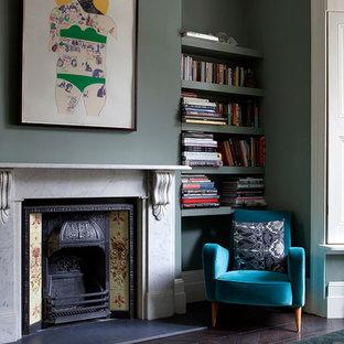 ロンドンのヴィクトリアン調のおしゃれなリビング (緑の壁、濃色無垢フローリング、テレビなし) の写真