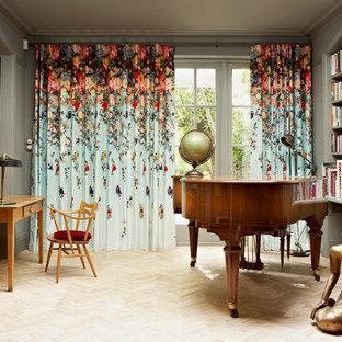 Ejemplo de salón con rincón musical cerrado, ecléctico, sin televisor, con paredes grises y suelo de madera clara