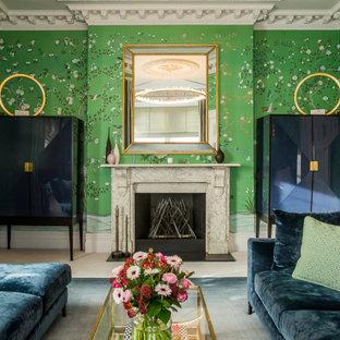 Idées déco pour un salon classique fermé avec un mur vert, une cheminée standard et du papier peint.