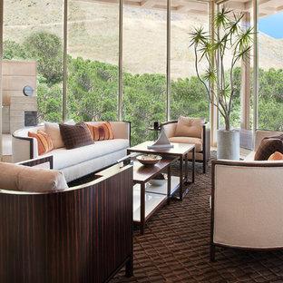 Diseño de salón para visitas abierto, actual, grande, con paredes grises y suelo de piedra caliza