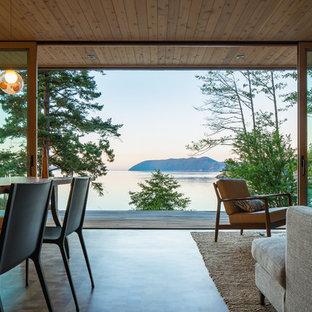 Cette photo montre un salon avec une bibliothèque ou un coin lecture rétro ouvert et de taille moyenne avec un mur beige et un sol en bois brun.