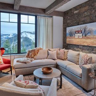 Foto di un soggiorno stile rurale di medie dimensioni e chiuso con pareti bianche, pavimento in legno massello medio e sala formale