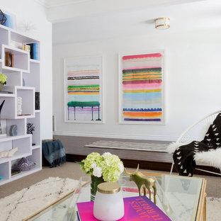 Bild på ett mellanstort funkis separat vardagsrum, med vita väggar, heltäckningsmatta, en fristående TV och beiget golv