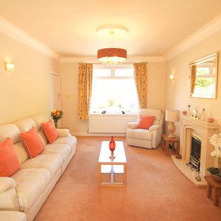 Foto di un soggiorno minimalista di medie dimensioni e chiuso con moquette, camino classico, cornice del camino in pietra, TV autoportante e pavimento arancione