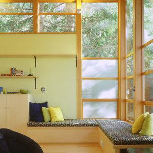 Ejemplo de salón minimalista con suelo de contrachapado