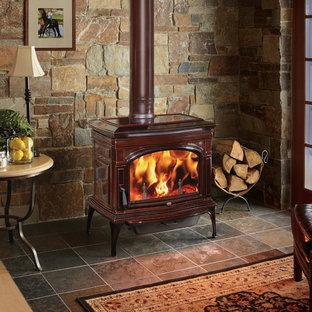 他の地域の中くらいのラスティックスタイルのおしゃれなLDK (フォーマル、マルチカラーの壁、セラミックタイルの床、薪ストーブ、金属の暖炉まわり、グレーの床) の写真