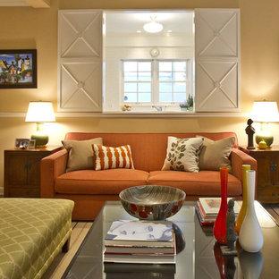 Idéer för att renovera ett mellanstort vintage allrum med öppen planlösning, med ett finrum, gula väggar, mellanmörkt trägolv, en standard öppen spis, en spiselkrans i trä, en väggmonterad TV och brunt golv