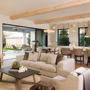 Exempel på ett stort medelhavsstil allrum med öppen planlösning, med vita väggar, ljust trägolv, beiget golv och ett finrum