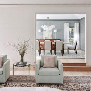 Diseño de salón para visitas cerrado y papel pintado, moderno, grande, papel pintado, con paredes beige, suelo de madera clara y papel pintado