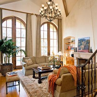 Idee per un soggiorno classico di medie dimensioni e chiuso con pareti beige, parquet chiaro, camino bifacciale, cornice del camino in pietra e nessuna TV