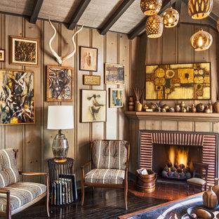 Fernseherloses Stilmix Wohnzimmer mit brauner Wandfarbe, dunklem Holzboden, Eckkamin, braunem Boden, gewölbter Decke und Holzwänden in Los Angeles
