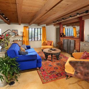Idee per un soggiorno american style di medie dimensioni e aperto con pareti bianche, pavimento in ardesia, camino classico, cornice del camino in mattoni e TV a parete