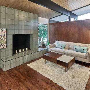 サンフランシスコの中サイズのミッドセンチュリースタイルのおしゃれな独立型リビング (フォーマル、マルチカラーの壁、無垢フローリング、標準型暖炉、タイルの暖炉まわり、テレビなし、茶色い床) の写真