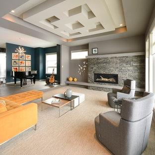 Diseño de salón abierto, contemporáneo, grande, con paredes grises, moqueta, chimenea lineal y marco de chimenea de piedra
