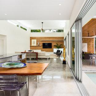 タンパのトロピカルスタイルのおしゃれなLDK (白い壁、コンクリートの床) の写真