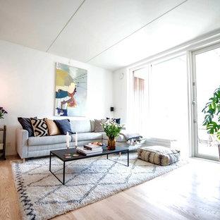 Esempio di un soggiorno scandinavo di medie dimensioni e aperto con angolo bar, pareti bianche, pavimento in laminato, nessun camino e TV autoportante