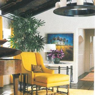 Foto di un soggiorno american style di medie dimensioni e chiuso con sala formale, pareti bianche, pavimento in terracotta, nessun camino e nessuna TV