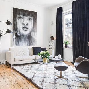Idee per un piccolo soggiorno scandinavo aperto con pareti bianche, parquet chiaro e pavimento beige