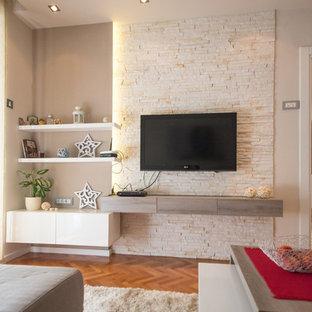 Idéer för att renovera ett funkis vardagsrum, med beige väggar, mellanmörkt trägolv och en väggmonterad TV