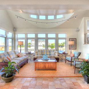 Foto di un grande soggiorno costiero con sala formale, pareti beige, pavimento in terracotta e pavimento rosso