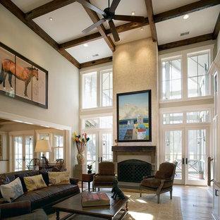 Rustikales Wohnzimmer mit Kamin in Charleston