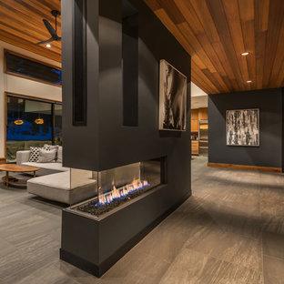 Großes, Offenes, Repräsentatives, Fernseherloses Modernes Wohnzimmer mit beiger Wandfarbe, Porzellan-Bodenfliesen, Tunnelkamin, verputztem Kaminsims und grauem Boden in Boston