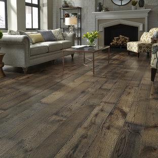 Imagen de salón para visitas abierto, actual, grande, con paredes beige, suelo de madera en tonos medios y suelo marrón